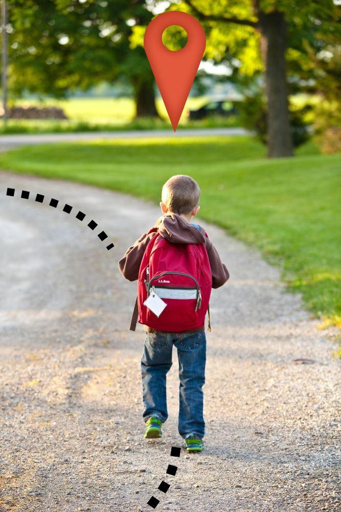 Kind mit Schultasche und GPS Tracker